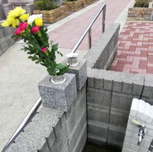 お花を持って来たとき花筒を置ける事が便利です。